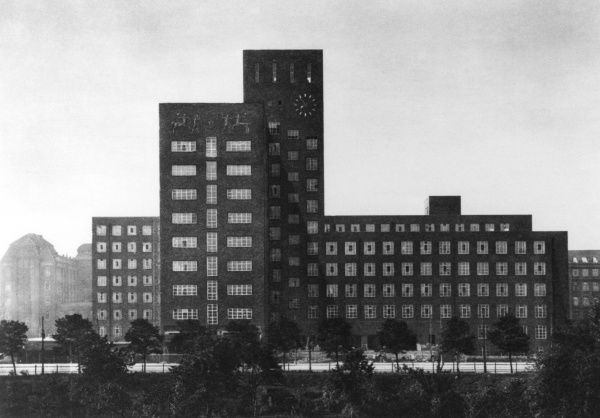 Siemens' town factory unit in Berlin, founded in 1847 by Werner von Siemens, inventor of the pointer telegraph, who opened the factory to produce it Date: mid 1930's