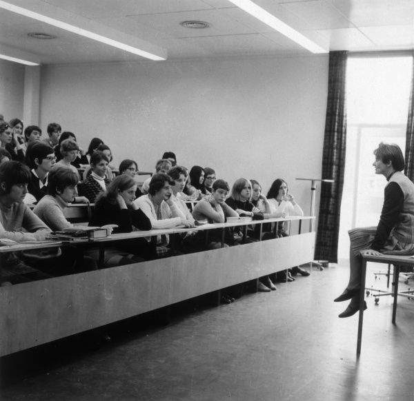 6th form lecture theatre at Rosebery County School (probably the one at Epsom, Surrey). Date: 1968