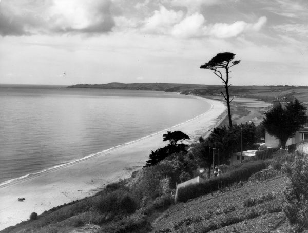 The sweep of the Devon coastline at Slapton Sands, England. Date: 1950s