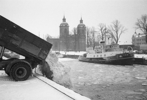 The snow-clearance squad tip off the snow in the harbour, Landskrona, Sweden 1958 Date: 1958