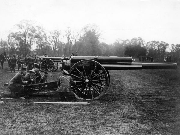 Soldiers with a field gun during the First World War. Date: 1914-1918