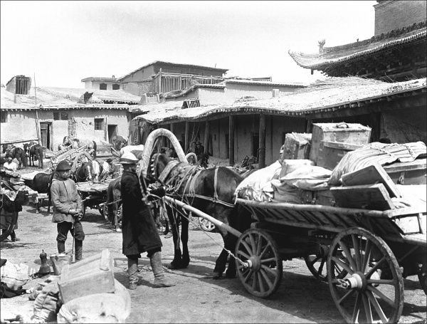 A street scene with a horse and cart in Kashgar, western China. Photograph by Ralph Ponsonby Watts
