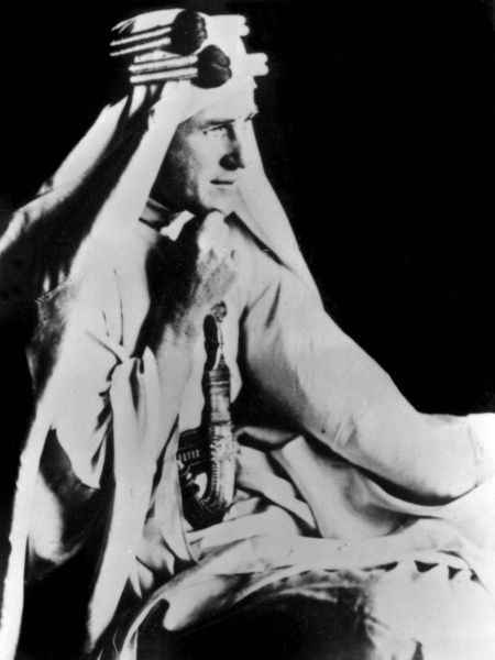Lieutenant Colonel Thomas Edward Lawrence (aka Lawrence of Arabia, 1888-1935), British Army officer best known for his liaison role during the Arab Revolt against Ottoman Turkish rule of 1916-1918. Seen here in white Arab costume, holding a curved dagger