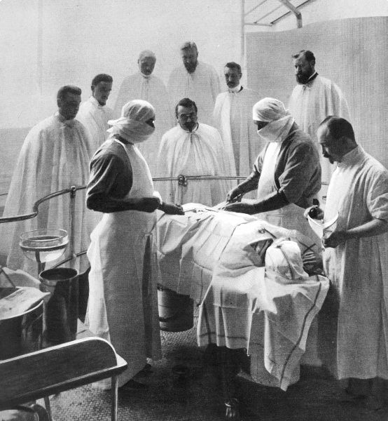 An image of a 1909 operating theatre where precautions have been taken to create a germ free environment