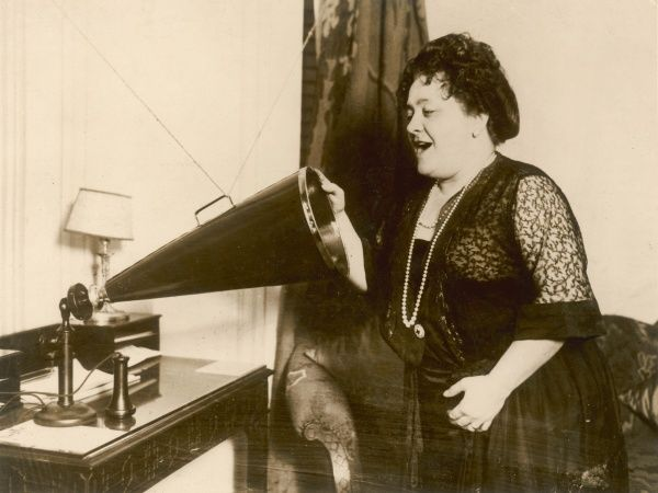 LUISA TETRAZZINI She performed in opera houses all over the world and is seen here recording a peformance