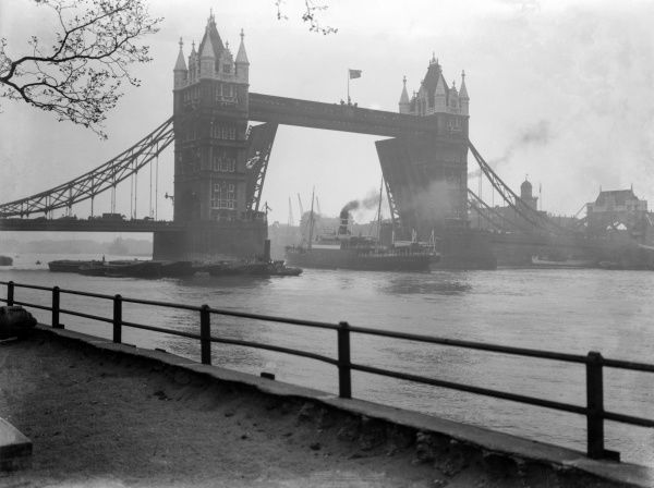 Tower Bridge, London, a bascule bridge, open for ships to sail along the River Thames. Date: early 1930s