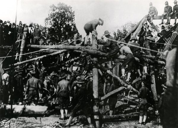 A training exercise in an American army camp in France during the First World War. Date: early 1918