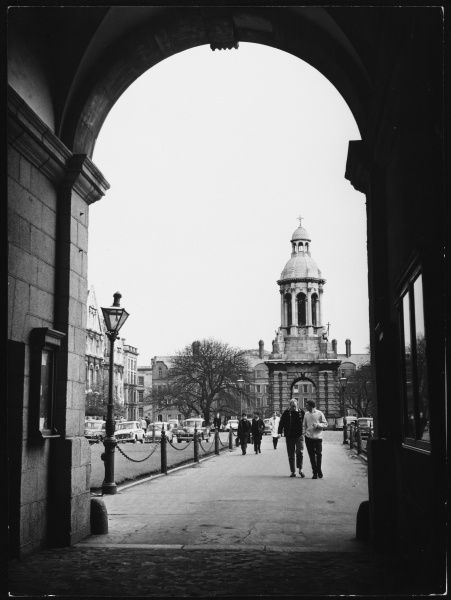A glimpse of Trinity College, Dublin, Co Dublin, Ireland, founded in 1591. Our photograph shows the college green and Campanile. Date: 1960s