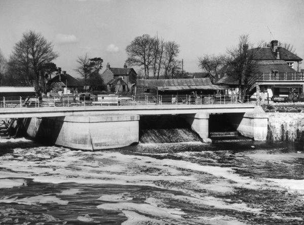 The weir on the River Medway at Twyford Bridge, Yalding, Kent, England. Date: 1950s