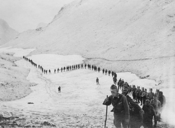 Tyrolean troops (Tiroler Kaiserjaeger) marching through the mountains in the snow during the First World War. Date: 1914-1918