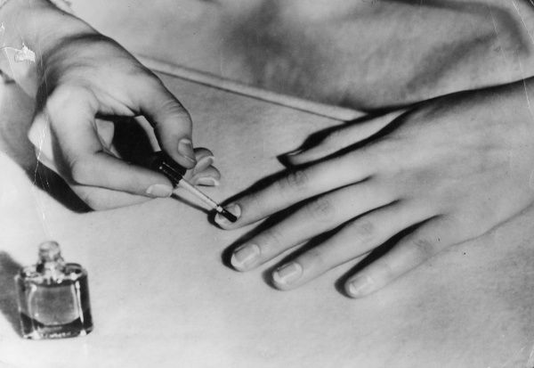 Nail varnish should be applied very carefully, with a small brush, first horizontally from left to right, then vertically from the fingertips downwards. Do not smear the varnish! Date: 1930s