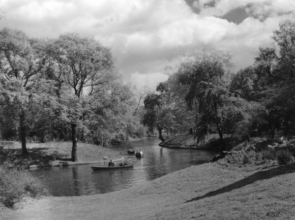 The fine boating lake at Victoria Park, Hackney, east London. Date: 1930s