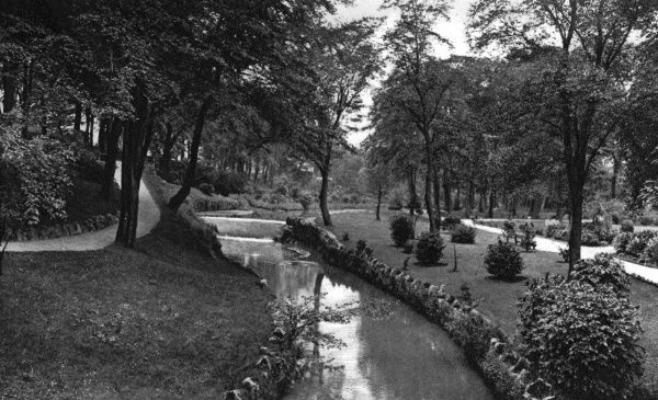 View of the Serpentine Walks in the town of Buxton, in the Derbyshire Peak District. The walks were originally landscaped by Joseph Paxton in the 19th century. Date: circa 1920