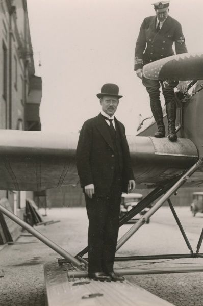 The minister of defence, Vilhelm Rundqvist, and captain Arvid Flory at Bulltofta airport, Malmo 1932 Date: 1932