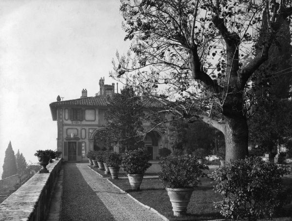Designed by Michelozzo for Cosimo Medici in 1458 : Exterior view of the library and the terraced garden. Date: 1930s