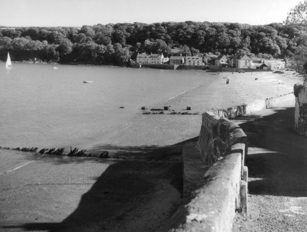 A glimpse of the fine beach at Dale, on Milford Haven, Pembrokeshire, Wales. It was here that Henry Tudor landed in August 1485, on his way to the Battle of Bosworth. Date: 1950s