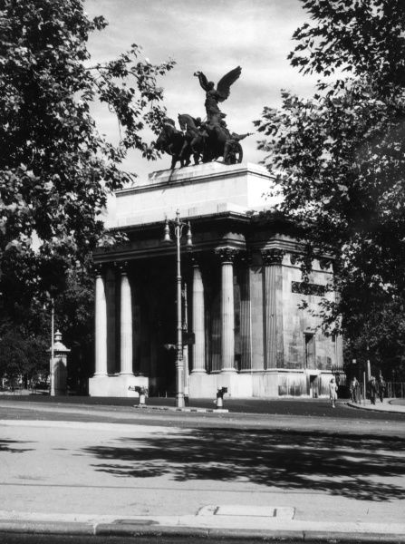 The Wellington Arch, Hyde Park Corner, London, was built in honour of Arthur Wellesley, Duke of Wellington, in 1828, as the northern gateway into Buckingham Palace. Date: 1940s