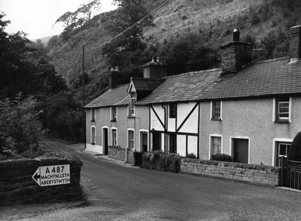 Typical traditional Welsh cottages beside the River Dovey, near Machynlleth, Montgomeryshire, Wales. Date: 1950s