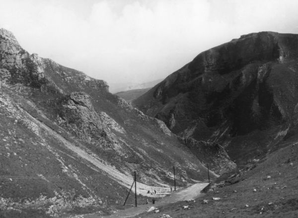 The Winnats Pass, near Castleton, Derbyshire, England. Date: 1930s