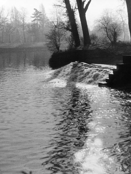 Winter by the weir - a scene on the River Soar, in Abbey Park, Leicester, Leicestershire, England. Date: 1950s