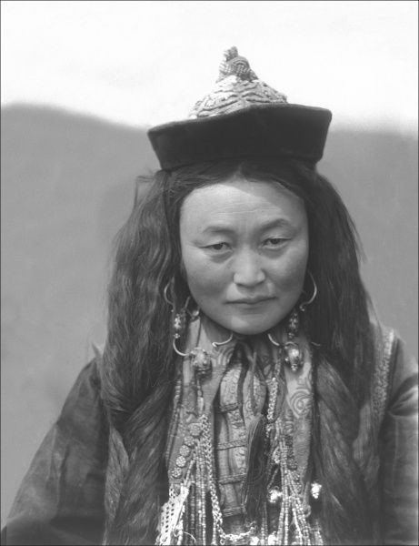 A woman from Kashgar, in Xinjiang Province, China. She is likely a Uyghur woman, of Turkic ethnic extraction. Photograph by Ralph Ponsonby Watts