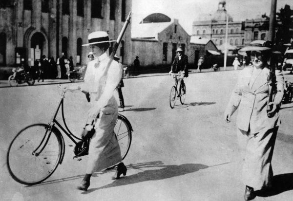 Two women with guns in Pretoria, South Africa, during the First World War. Date: circa 1914-1918