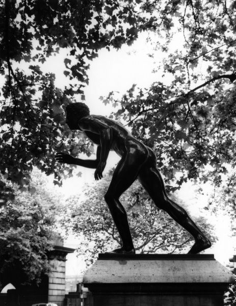 'The Wrestler, Herculaneum', a fine statue, the Temple, London, England. Date: 1950s