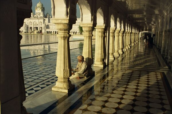 Sikh elder at prayer at the Golden Temple of Amritsar, Punjab State, India, Asia