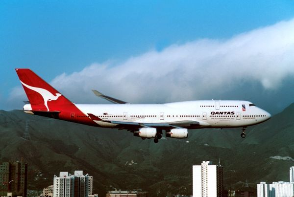 boeing 747 400 qantas flying into kai tak old hong kong airport