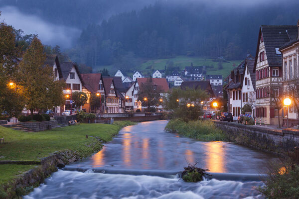 Germany, Baden-Wurttemburg, Black Forest, Schiltach, town view along the riverfront, dawn