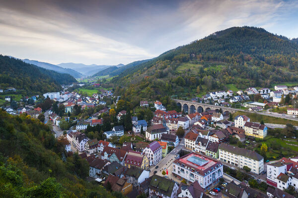 Germany, Baden-Wurttemburg, Black Forest, Hornberg, elevated town view with train trestle
