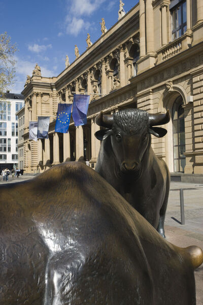 Germany, Hessen, Frankfurt-am-Main, Borse stock exchange, bull and bear statue