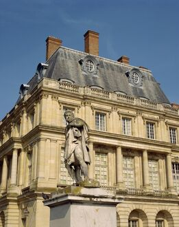 Statue in front of Fontainebleau Chateau in Seine et Marne, Ile de France, France, Europe