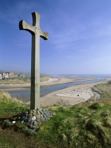 ALNMOUTH & ALN ESTUARY, Northumberland. View of a cross at the head of the estuary