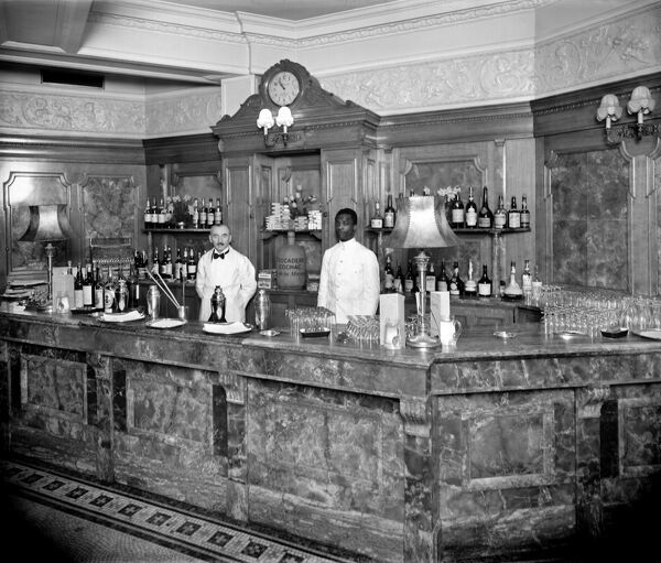 TROCADERO RESTAURANT, London. Bartenders at the restaurant in Shaftsbury Avenue await their customers at the Long Bar. c1901