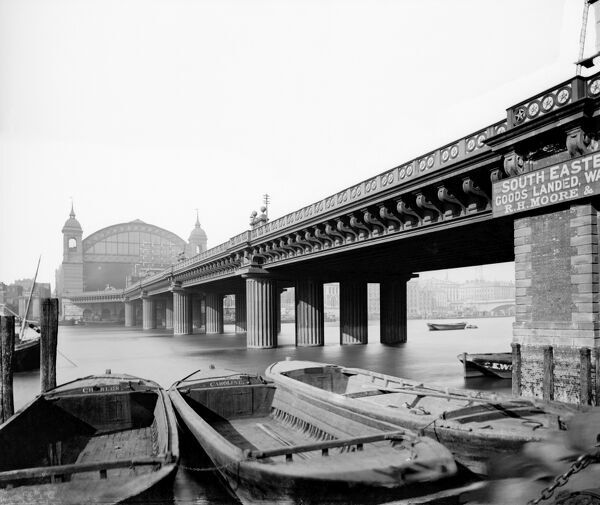 CANNON STREET STATION, London. A view from the bank of the River Thames looking along the Cannon Street Railway Bridge from the south towards Cannon Street Station. The bridge was built between 1863 and 1866 by John Hawkshaw and John Wolfe-Barry