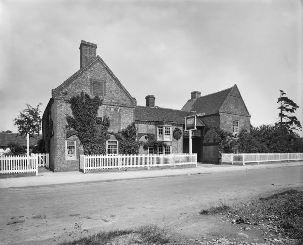 The Old White Horse Inn, Hockliffe, Bedfordshire. The entrance front of the Old White Horse Inn on Watling Street. Photographed by Henry Bedford Lemere for Curtis and Henson house agents, July 1917