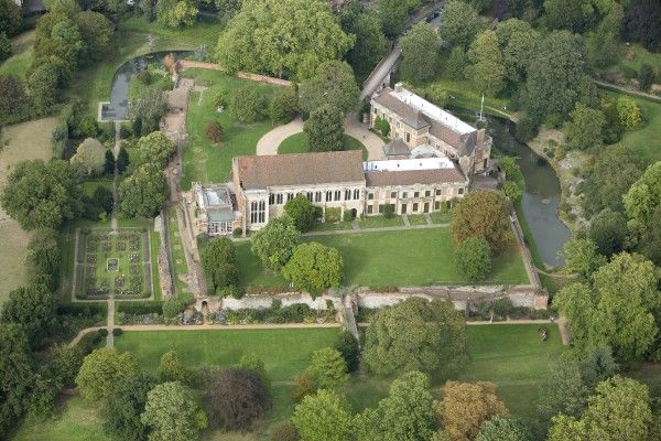 ELTHAM PALACE, Greenwich, London. Aerial view of Eltham Palace in 2006 showing the medieval Great Hall and the adjoining ranges built by the Courtaulds