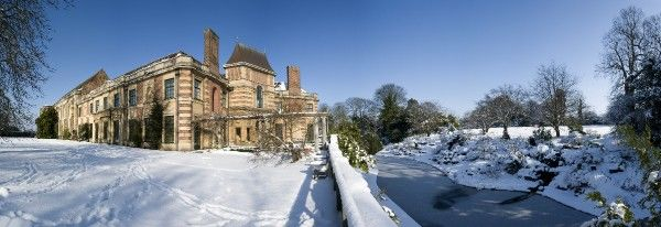 ELTHAM PALACE, London. Panoramic view. A snow covered view from the Courtauld Garden showing the Great Hall and Loggia