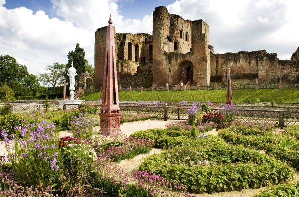 KENILWORTH CASTLE, Warwickshire. View across the Elizabethan Garden looking towards the Keep, showing the obelisk and fountain in the foreground