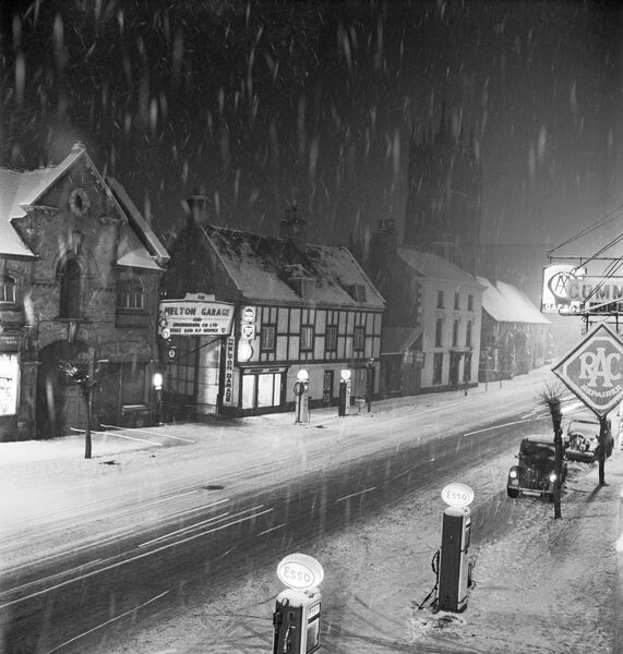MELTON MOWBRAY, Leicestershire. Snowy winter's night. Photographed by John Gay