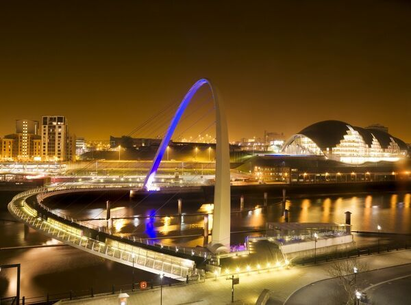 MILLENNIUM BRIDGE, Newcastle upon Tyne / Gateshead, Tyne and Wear. General view of bridge at night
