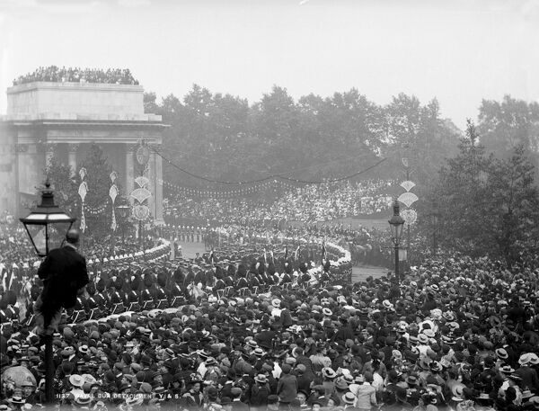 GREEN PARK ARCH, Westminster, London. A view of Queen Victoria's Diamond Jubilee procession of 1897 featuring a naval gun detachment as it passes under Wellington Arch and through a large crowd. Photograph by York and Son