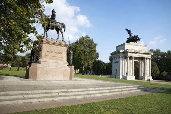 THE WELLINGTON ARCH, London. Joseph Boehm statue of Wellington positioned between Wellington Arch and Apsley House