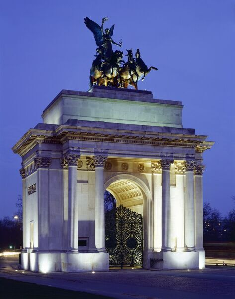 THE WELLINGTON ARCH, Hyde Park Corner, London. View of the floodlit arch