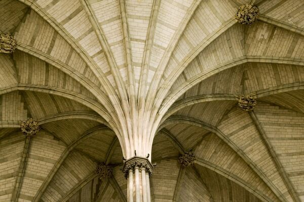 WESTMINSTER ABBEY: CHAPTER HOUSE, London. Interior view of the vaulted ceiling