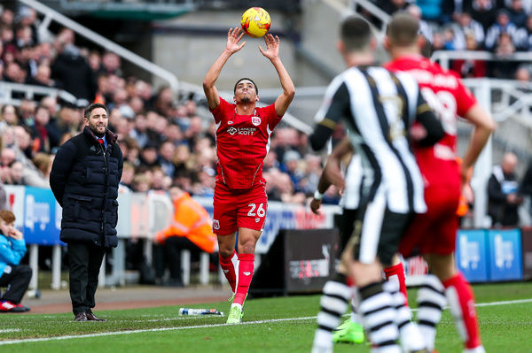 Bristol City manager Lee Johnson looks on as Zak Vyner takes a throw in - Rogan Thomson/JMP - 25/02/2017 - FOOTBALL - St James' Park - Newcastle, England - Newcastle United v Bristol City - Sky Bet EFL Championship