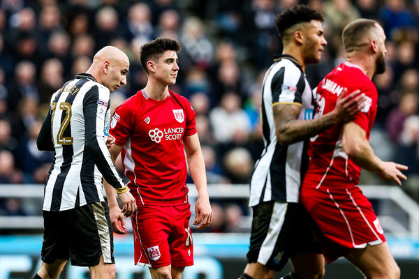 Callum O'Dowda of Bristol City is challenged by Jonjo Shelvey of Newcastle United - Rogan Thomson/JMP - 25/02/2017 - FOOTBALL - St James' Park - Newcastle, England - Newcastle United v Bristol City - Sky Bet EFL Championship
