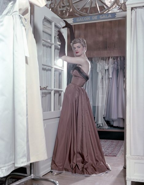 Female model shows an evening dress, Stockholm 1950s. Date: 1950s