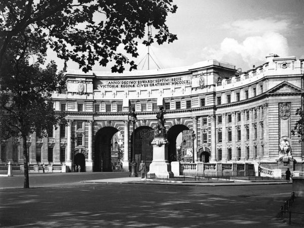 Admiralty Arch, London, was designed by Aston Webb and completed in 1911. The impressive archways form an entrance to Pall Mall, leading up to Buckingham Palace. Date: 1950s